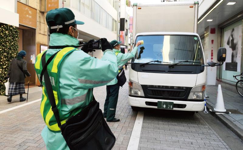 駐車違反を取り締まる駐車監視員