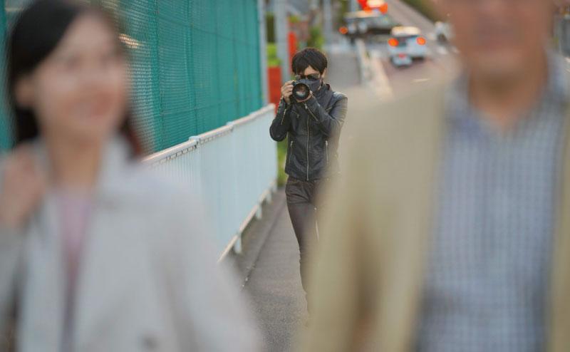 後ろ姿を撮影するヘボ探偵